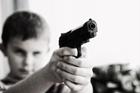Foto barn med vapen