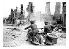 Foto soldater på motorcykel passerar ruiner i Frankrike