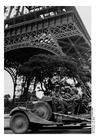 Foto soldater under Eiffeltornet