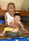 Foto ung och gammal - gammal kvinna med baby